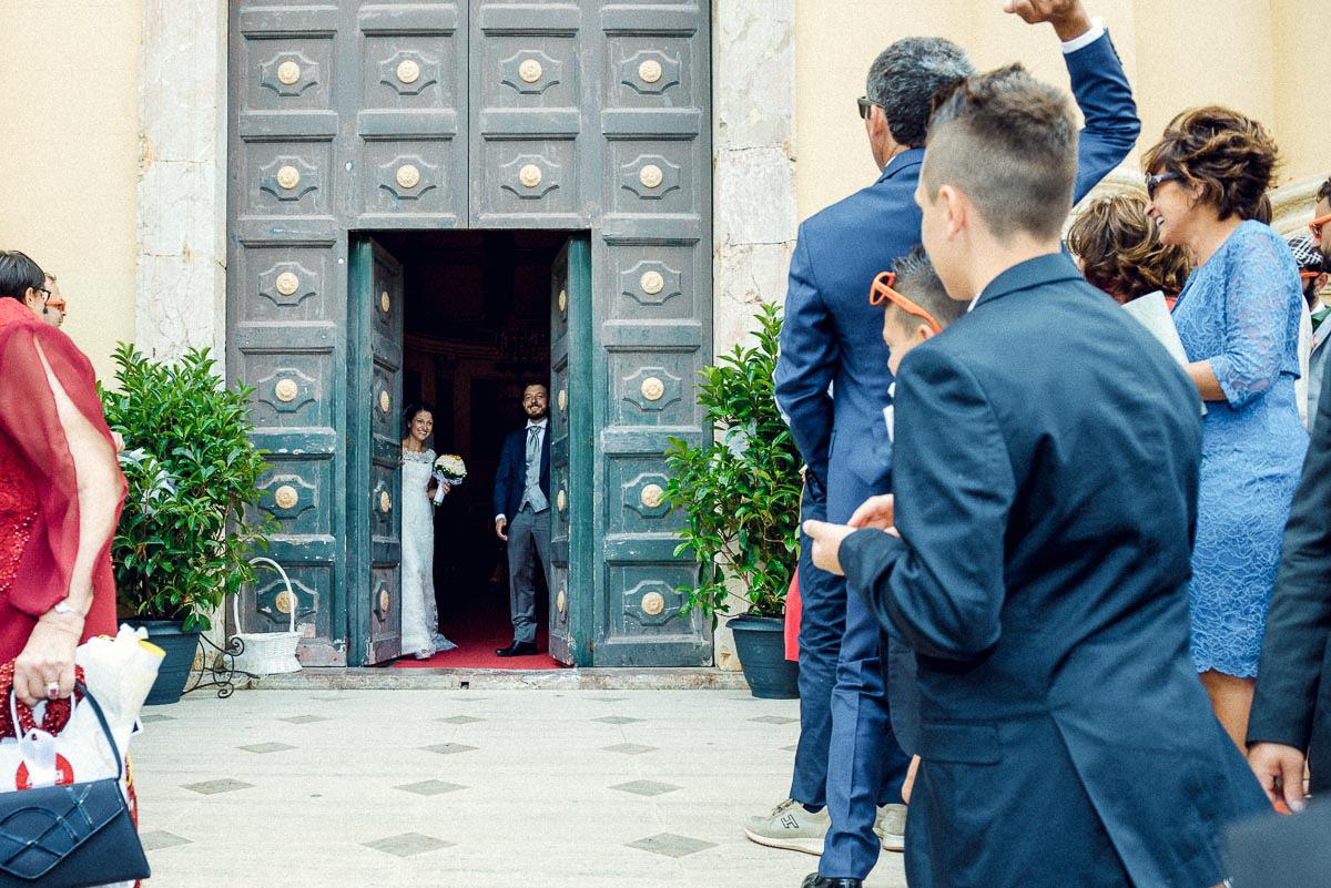 Hochzeitsreportage Sizilien Brautpaar Auszug